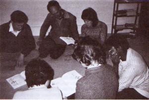 統一原理を学ぶメンバー(9章219ページ上)