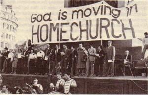 「ホームチャーチ大会。デニス・オームが写真の右側に立っており、ドリス・オームは右から4番目である。前にはゴー・ワールド・ブラス・バンドのメンバーがいる。」(9章208ページ)