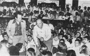1982年、ソウルのリトル・エンジェルス学校における「マッチング」式で、文が(デヴィッド・キムに助けられて)結婚相手を選んでいる。「兄弟たち」はホールの片側に、「姉妹たち」はもう一方の側に座っている。(2章66ページ上)