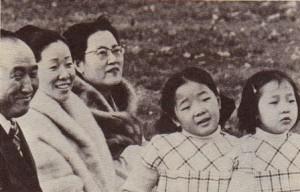 二人の娘および崔女史と共にいる「真の父母」(6章168ページ)