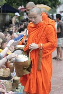 喜捨を受け取る仏教の僧侶