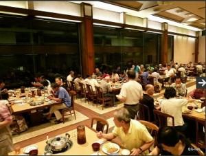 山岸会の実顕地内施設(愛和館)の食事風景