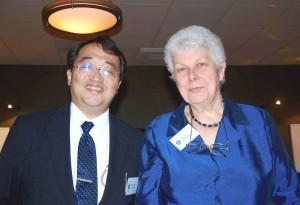2013年6月、スウェーデンで行われたCESNUR国際会議でアイリーン・バーカー博士と記念撮影する筆者