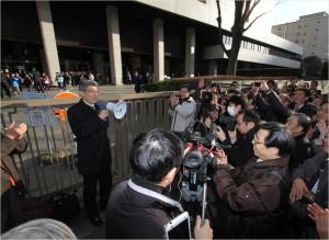 1月28日に東京地裁前で勝訴の報告をする後藤徹さん