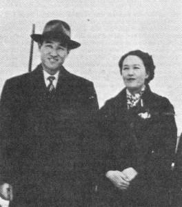 1959年に金永雲博士が合衆国への初めての宣教師として送られる前に文と一緒に撮った写真(2章45ページ)。