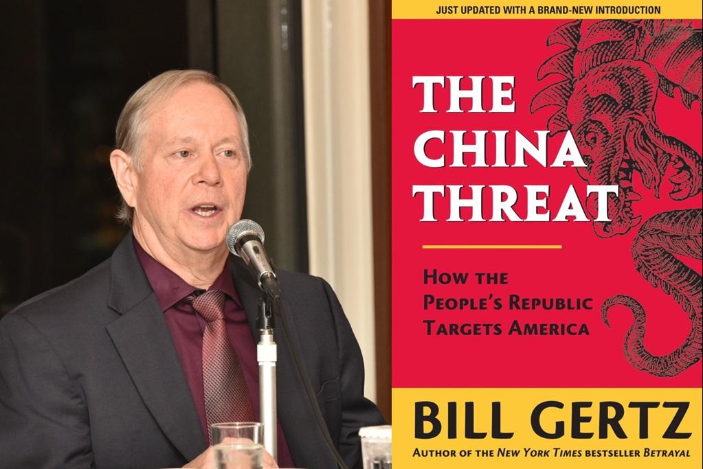 「国際指導者会議で講演するビル・ガーツ氏と著書『The China Threat』