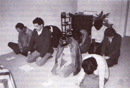 祈祷するイギリスのメンバー