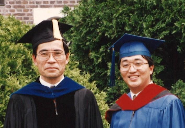 筆者が1995年6月にUTSを卒業した際に、当時学長であった神明忠明先生と撮影した写真