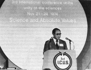 1974年、ロンドンにおける「科学の統一に関する国際会議(ICUS)」で、参加者に演説する文。(1章13ページ)