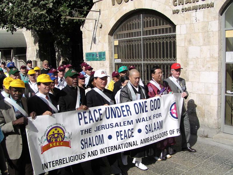 2003年10月22日、中東平和イニシアチブの一環としてエルサレムの旧市街で平和行進を行う平和大使ら(筆者撮影)